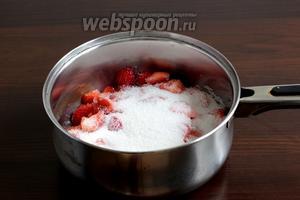 Клубнику вымыть, очистить от черенков, нарезать кусочками и засыпать сахаром. Поставить на огонь, чтобы сахар растаял. Достаточно только довести до кипения.
