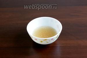 Желатин залить холодной водой (50 мл) и дать ему набухнуть. Потом прогреть до полного растворения, но не кипятить. Разделить желатин на 3 части.