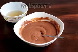 Оставшийся желатин соединить с шоколадным кремом. Сначала взять немного крема и добавить его в желатин, хорошо размешать. А потом смешать остальной крем. Все продукты должны быть комнатной температуры.