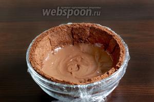 На дно миски с бисквитом выложить шоколадный крем. Поставить на холод.