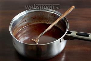 Добавить измельчённый шоколад и размешать до полного объединения. Затем добавить набухший и растворённый горячий желатин. Остудить до комнатной температуры. Зеркальная глазурь готова.