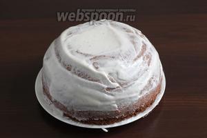 Торт достать из холодильника, освободить от плёнки, перевернуть на блюдо и смазать сливками. Снова охладить. Можно поставить торт на 10 минут в морозилку. Заморозится он не успеет, но хорошо охладится.