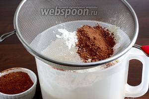 Соединить рисовую, пшеничную муку, какао, ванилин и разрыхлитель. Просеять всё это порциями в яичную смесь. Аккуратно смешать, чтобы не потерять пузырьки воздуха.
