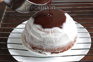 Поместить торт на решётку. Под решётку подставить блюдо. Выливать зеркальную глазурь поверх торта, давая ей свободно растечься. Советую помогать себе столовой ложкой, поливая оставшиеся «залысины».