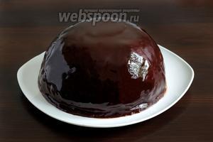 Поставить торт в холодильник до полного застывания глазури. А если торт требуется украсить, то сделать это нужно пока глазурь ещё сырая.