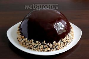 Украсить орехами, пока торт ещё влажный.