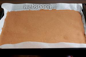 Равномерно распределить по поверхности, чтобы толщина теста была одинаковой. Поставить выпекать при 180ºC на 10-13 минут.