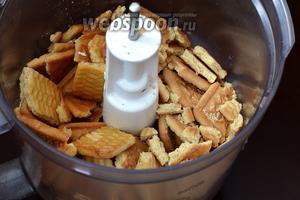 Печенье поломать, поместить в чашу кухонного комбайна (насадка металлический нож), добавить растопленное сливочное масло.