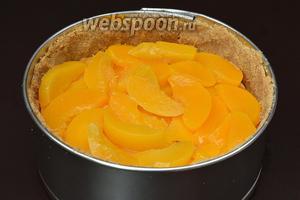 Сверху выложить порезанные персики.