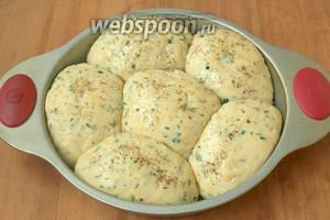 Расстойка займёт 30-40 минут. Подошедшее тесто смазать подсолнечным маслом и по желанию посыпать травами. Мне нравится орегано.