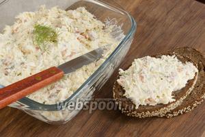 Использовать как намазку на ломтики ржаного хлеба, крекеры. Или подать крем как отдельное блюдо.