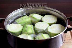 Бочонки отварить в подсоленной воде примерно 4-5 минут. Если кабачки очень молоденькие, то хватит и трёх минут.
