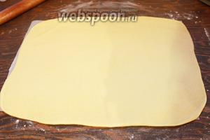 Раскатать тесто в прямоугольник (я это сделала сразу на пергаменте).