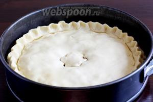 Накрыть вторым раскатанным листом теста, защипать и подвернуть края, формируя пирог. В центре вырезать формочкой отверстие. Через него будет выходить лишний пар и  можно  будет проверять готовность начинки.