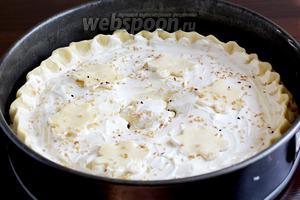 Смазать пирог молоком или сметаной, посыпать кунжутом и поставить выпекать при 180ºC около часа. Если пирог станет сверху быстро поджариваться, то верх следует накрыть фольгой. Я держала его в духовке ровно час. Откройте дырочку- цветочек и попробуйте картофель на мягкость.