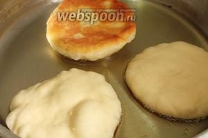 В сковороду налить масло слоем в 1 см. Дать разогреться, выложить лепёшки во фритюр и обжарить с двух сторон. Огонь должне быть средний !