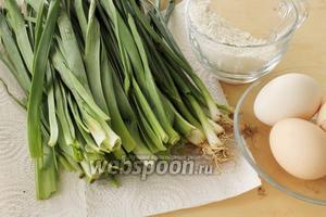 Для омлета понадобятся пучок джусая (у меня 1 пучок весит 150 г), яйца, мука, сливочное топлёное масло для жарки (можно взять оливковое или подсолнечное масло) и соль.