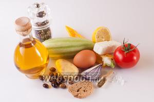 Для приготовления салата возьмём помидор, огурец, оливки, картофель, яйцо, лимон, оливковое масло, специи и сухари.
