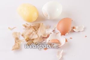Сварить и почистить яйцо и картошку. Время варки картошки, собственно, регулирует время приготовления блюда, всё остальное там делается очень быстро. Поэтому, если собираетесь делать греческий салат по-критски к приходу гостей, лучше сварить и картошку, и яйца заранее, и пользоваться уже остывшими.
