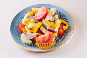 Уложить на сервировочную тарелку основные продукты салата.