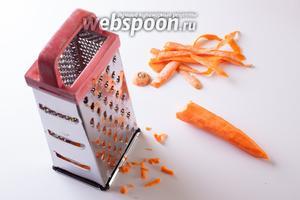 Чистим и трём на крупной тёрке морковку.