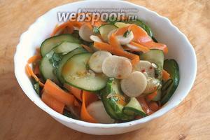 Тщательно перемешайте салат руками в течение 1-2 минут. Попробуйте, если соус чили или морковь не слишком сладкие, добавьте щепотку сахара, скорректируйте соль и кислоту на свой вкус. Уберите салат в холодильник на 15 минут.