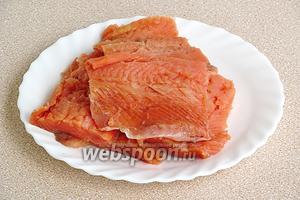 Филе рыбы вымыть, обсушить и разрезать на порционные куски.