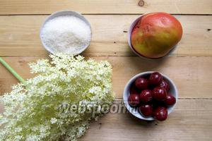 Для приготовления компота нам понадобятся следующие ингредиенты: вода, яблоко свежее, соцветия бузины чёрной, сахар по вкусу, вишня консервированная.