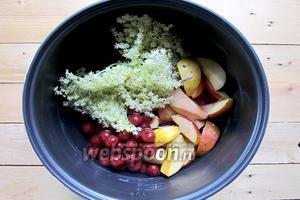 В чашу мультиварки добавляем нарезанные яблоки, консервированную вишню, соцветия бузины. Наливаем нужное количество воды и выставляем режим варка на 50 минут.