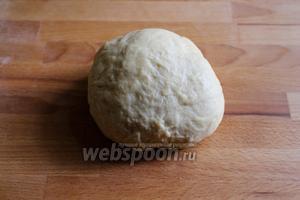 Вымесите тесто руками, чтобы оно стало гладким и эластичным.