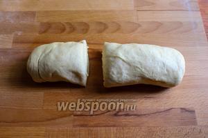Обомните тесто, перенесите на рабочую поверхность и разделите его на 2 неравные части.