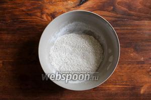 Смешайте в небольшой мисочке сухие дрожжи, сахар и 1 ст. л. муки.