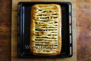 Выпекайте пирог на тонком противне в верхней трети духовки в течение 1 часа. После извлеките его из духовки и сразу накройте чистым, плотным кухонным полотенцем (а лучше двумя ), так корочка теста станем мягкой и нежной. Пирог можно подавать тёплым или остывшим с мороженным или ложкой жирной сметаны. Приятного аппетита!