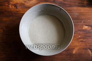 Влейте тёплую воду и хорошо перемешайте, чтобы растворились все гранулы дрожжей.