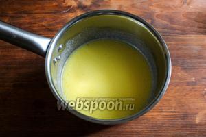 Растопите в тёплом молоке сливочное масло. Температура смеси не должна превышать 40 градусов. Определить это можно опустив палец в воду, если жидкость близка к температуре тела — вы на правильном пути.