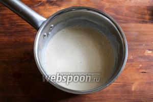 Влейте в молочную смесь дрожжевую и хорошо перемешайте.