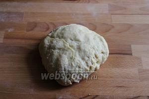 Переложите тесто на деревянную доску.