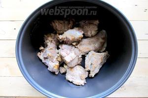 Обсушенные рёбрышки обжариваем до румяного цвета на сковороде с растительным маслом. Помещаем в чашу мультиварки.
