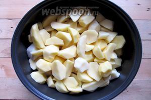 Картошку промываем под проточной водой, очищаем от кожицы и нарезаем на четыре части. Добавляем к обжаренным рёбрышками. Перемешивать не нужно.