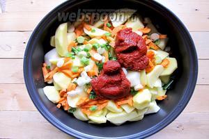 Промываем морковку и зелёный лук. Морковку очищаем от кожицы и нарезаем брусочками. Лук зелёный нарезаем кружочками. Добавляем нарезанные овощи к картошке. Вводим томатную пасту, соль и перец чёрный молотый по вкусу, лавровый лист. Наливаем воду, чтобы покрыть картофель.