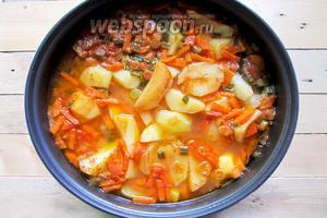 По истечении данного времени открываем крышку мультиварки и достаём приготовленное ароматное блюдо. Наш тушёный картофель с рёбрышками молодого козлёнка готов. Подаём к столу с разной пряной зеленью и  свежими овощами. Приятного аппетита!