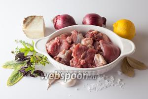 Подготовим такие продукты: баранину, лук и чеснок, лимон и сыр, свежую зелень и пряности.