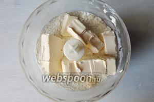 Готовлю тесто с помощью блендера так быстрее. Соединяем муку и сахар, щепотку соли и перемешиваем. Затем добавляем мягкое сливочное масло.