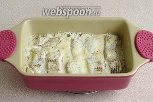 Форму с рыбой поставить в духовку, разогретую до температуры 200°C, и запекать в течение 15 минут.