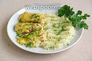 Подать с картофельным пюре, украсив зеленью.