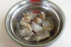 Рыбу полить лимонным соком и натереть солью  и перцем.
