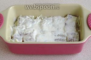 Залить рыбу оставшейся смесью и поместить в холодильник для маринования на 1 час.