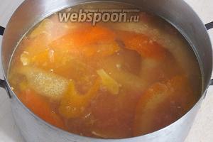 Влейте в нержавеющую или эмалированную кастрюлю воду, выжмите сок из цитрусовых, добавьте сахар и цедру. Доведите до кипения и варите 5 минут, помешивая. Проследите, чтобы не попались косточки!