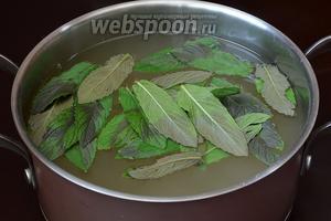 В  горячий ревеневый компот добавить листья мяты, закрыть крышкой и оставить для настаивания до охлаждения.