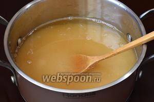 Сварить сироп из сахара и воды (300 мл).